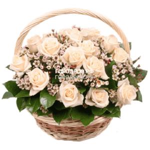 Нежно-розовые розы с зеленью в корзине