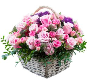 Розовые одноголовые и розовые кустовые розы в корзине