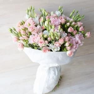 кустовыми розами, эустомой и гвоздикой