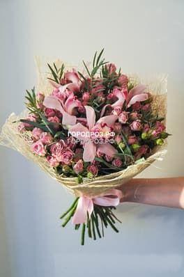 Сборный букет с кустовыми розами и орхидеей
