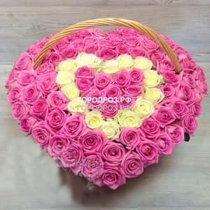 101 роза в форме сердца в корзине