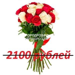Букет из 21 красной и белой розы