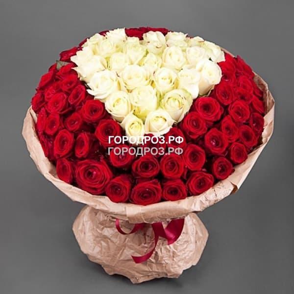 Белое сердце в корзине с красным кантом из 101 розы